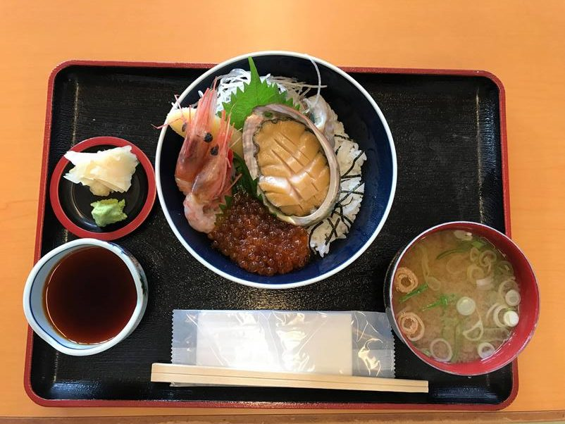 鶴亀丼:海老、鮑魚、鮭魚卵的美味。