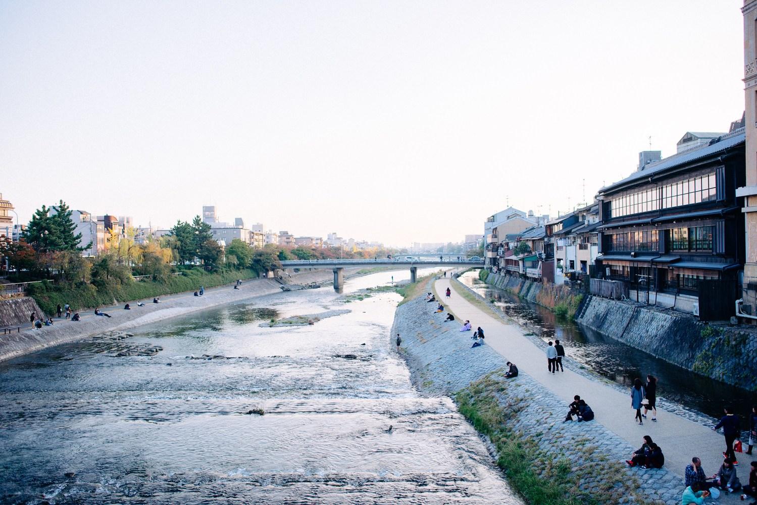 Photo of 京都鴨川旁「排排坐」潛規則!外地人常犯錯的「鴨川等間隔法則」